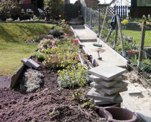 Gartenweg am Hang - so legen Sie den Gartenweg in Hanglage richtig an