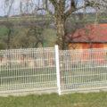 weißer Zaun um Grundstück