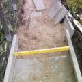 Baustelle beim Anlegen eines neuen Gehwegs mit Betonplatten