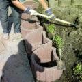 Pflanzsteine werden platziert und mit Gartenerde aufgefüllt