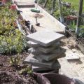 Stapel mit Betonplatten für neuen Gartenweg