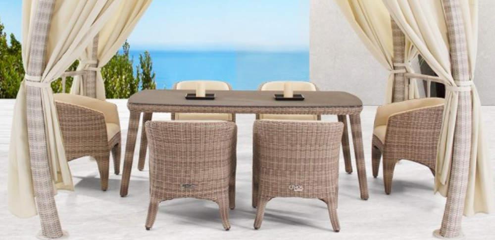 Gartensessel mit Tisch aus robusten Materialien