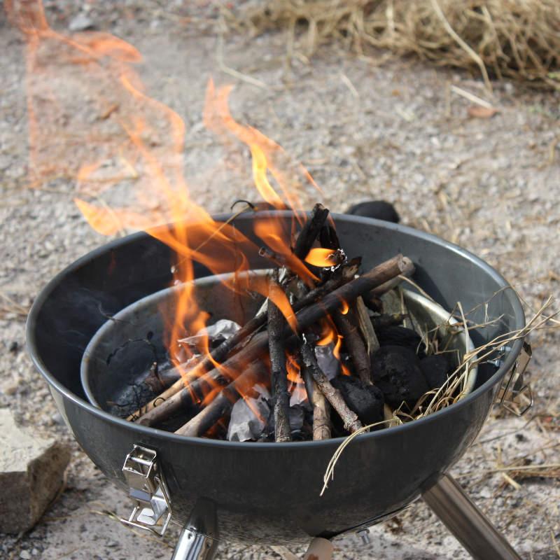 Feuerstelle und Holzkohlengrill für ein Lagerfeuer