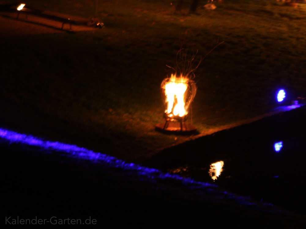 Teich Beleuchtung mit Feuerkorb und farbigem Licht